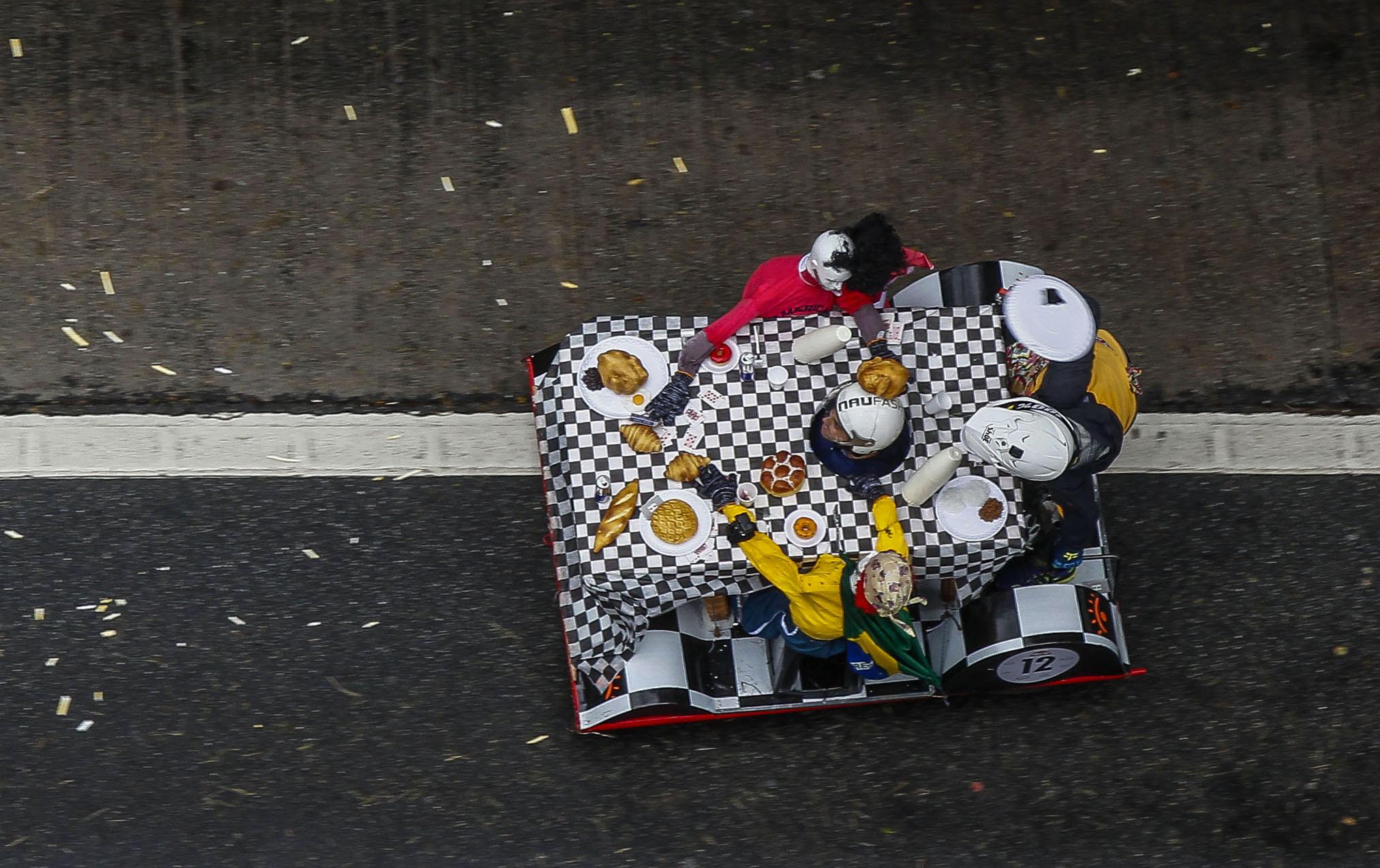 식탁 모양의 차를 탄 참가자들이 14일(현지시간) 브라질 상파울루에서 열린 '레드불 소프박스 레이스'에서 질주하고 있다. [AP=연합뉴스]