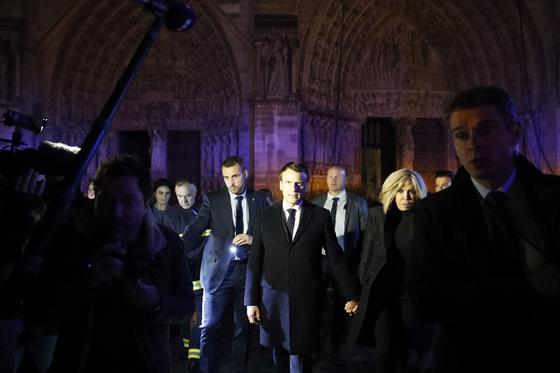 화재가 발생한 노트르담 성당을 찾은 에마뉘엘 마크롱 프랑스 대통령. [EPA=연합뉴스]