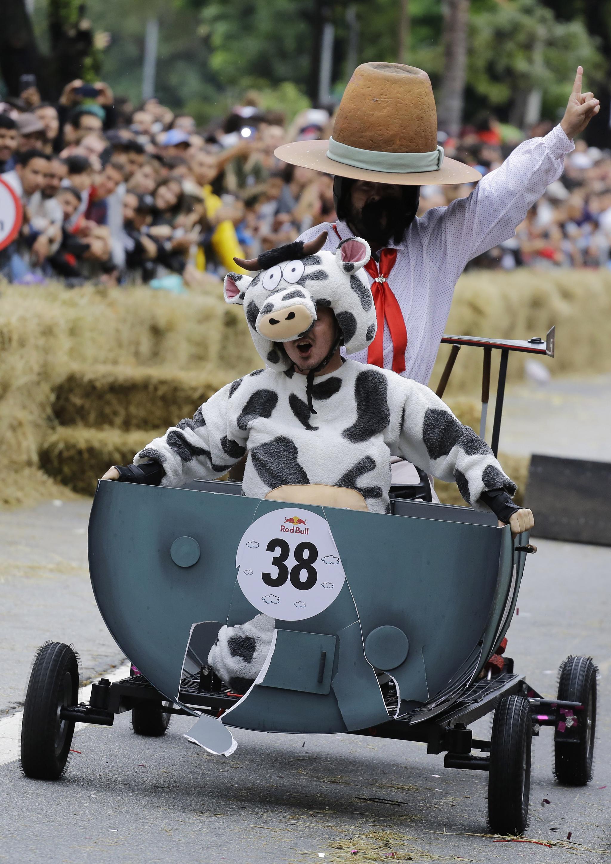동물 복장을 한 참가자가 14일(현지시간) 브라질 상파울루에서 열린 '레드불 소프박스 레이스'에서 직접 만든 차를 타고 장애물을 통과하고 있다. [AP=연합뉴스]