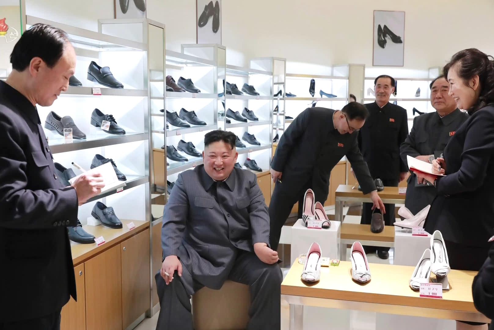 지난 8일 김정은 위원장이 담배를 피우며 대성백화점 구두매장을 시찰하고 있는 모습. [조선중앙통신=연합뉴스]