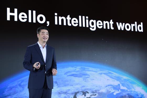 중국 선전에서 16일 개최된 '화웨이 글로벌 애널리스트 서밋(HAS) 2019'에서 켄 후 화웨이 회장이 기조연설을 하고 있다. [사진 화웨이]