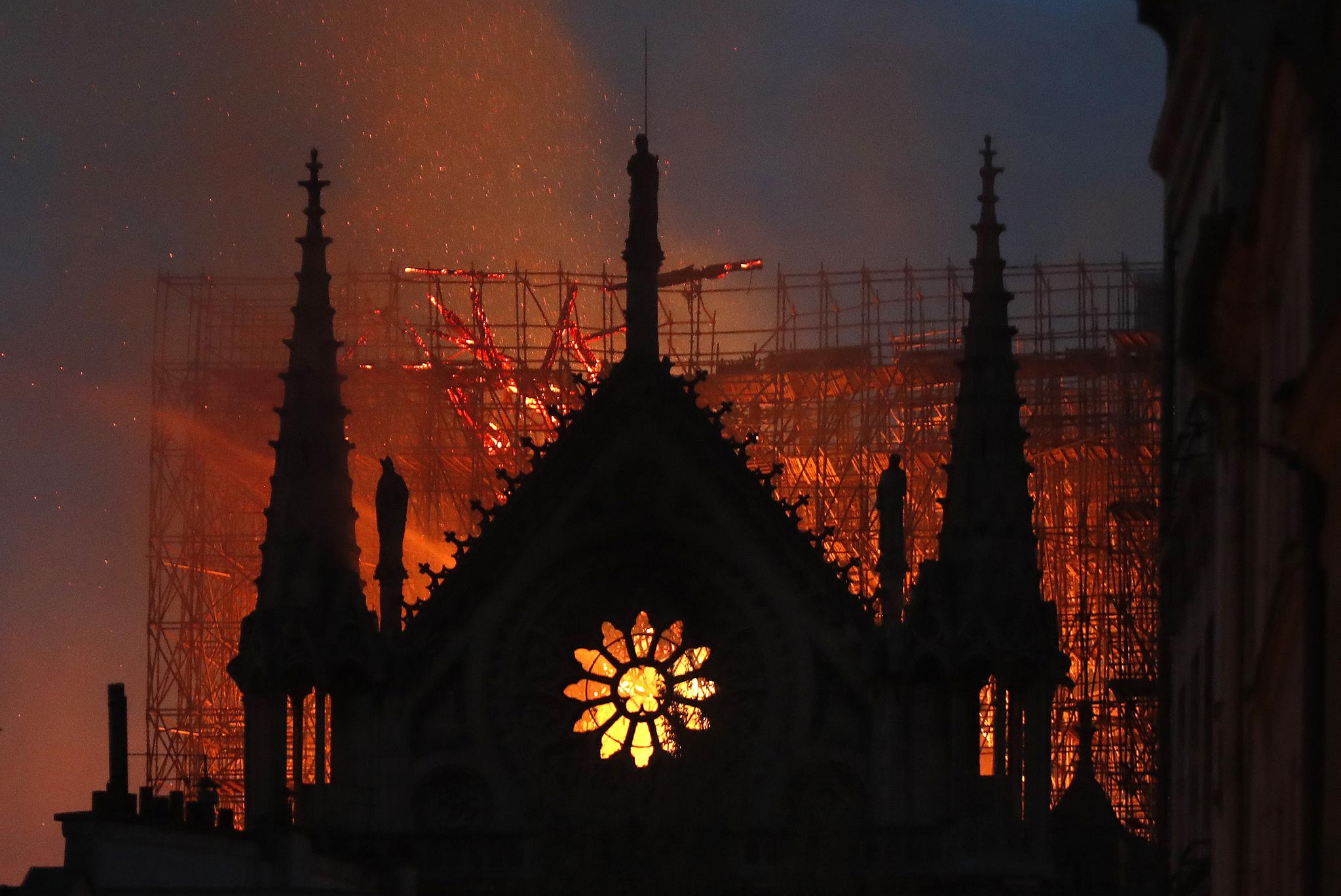 15일(현지시간) 저녁까지 불길이 잡히지 않은 노르트담 대성당이 붉게 타오르고 있다. [AP=연합뉴스]