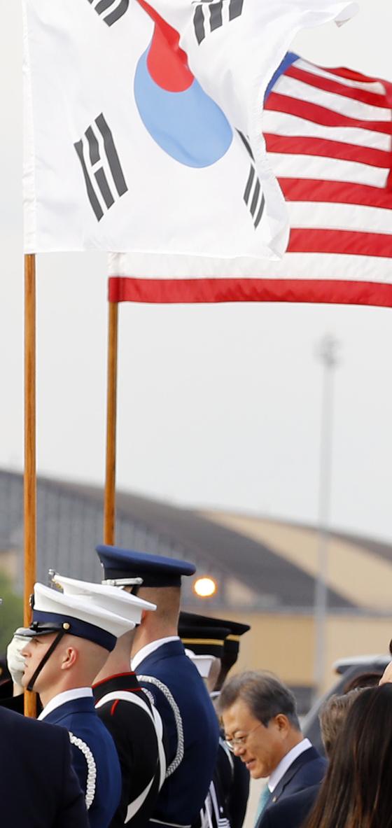 지난 10일 오후(현지시간) 미국 워싱턴 앤드루스 공군기지에 도착한 문 대통령 부부를 맞이한 미 의장대가 들고 있던 태극기. [연합뉴스]