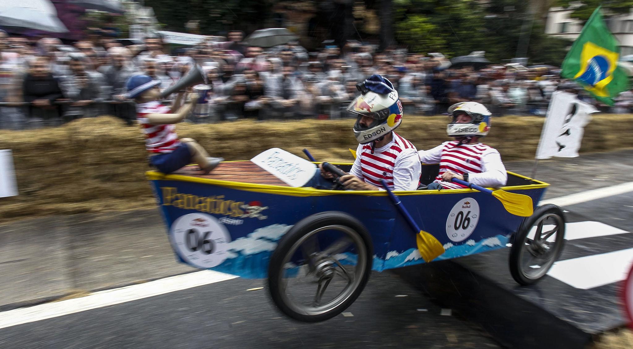 해적선 모양의 차를 탄 참가자들이 14일(현지시간) 브라질 상파울루에서 열린 '레드불 소프박스 레이스'에서 장애물을 통과하고 있다. [AFP=연합뉴스]