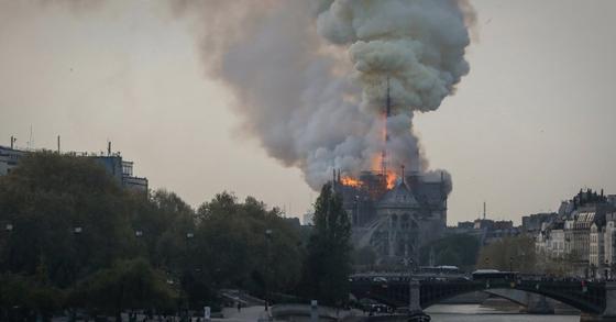 프랑스 파리 노트르담 대성당에서 15일(현지시간) 화재가 발생했다. [AFP=연합뉴스]