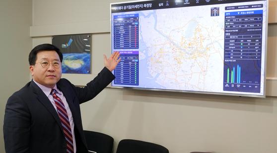 김동식 케이웨더 대표가 공기 질 측정 시스템을 설명하고 있다. 강대석 기자
