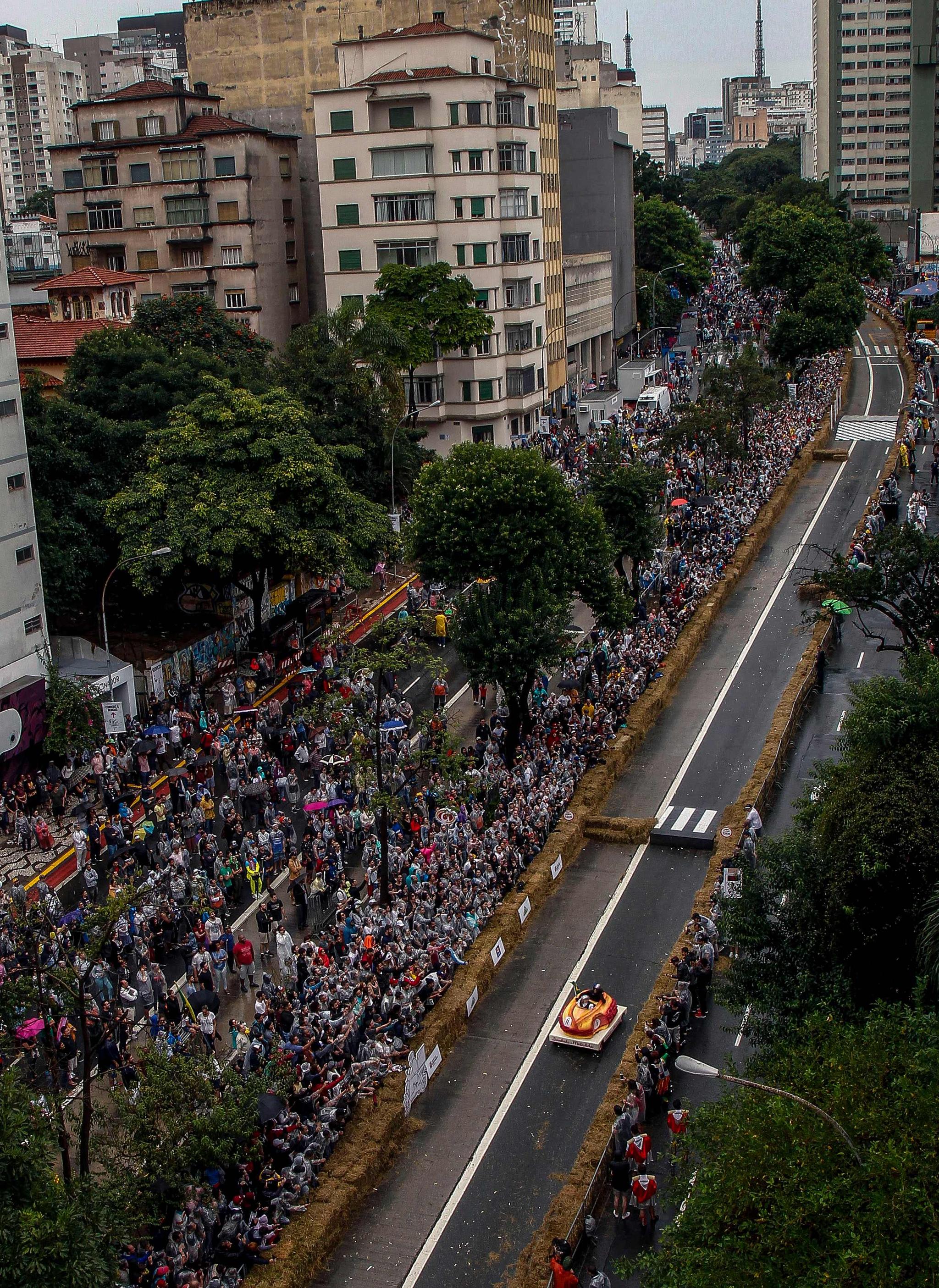 관중들이 14일(현지시간) 브라질 상파울루에서 열린 '레드불 소프박스 레이스'에서 질주하는 무동력 차량을 보며 환호하고 있다. [AFP=연합뉴스]
