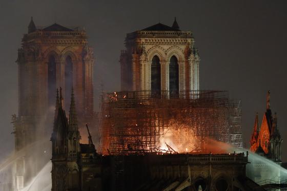 불길에 휩싸인 노트르담대성당 [AP=연합뉴스]