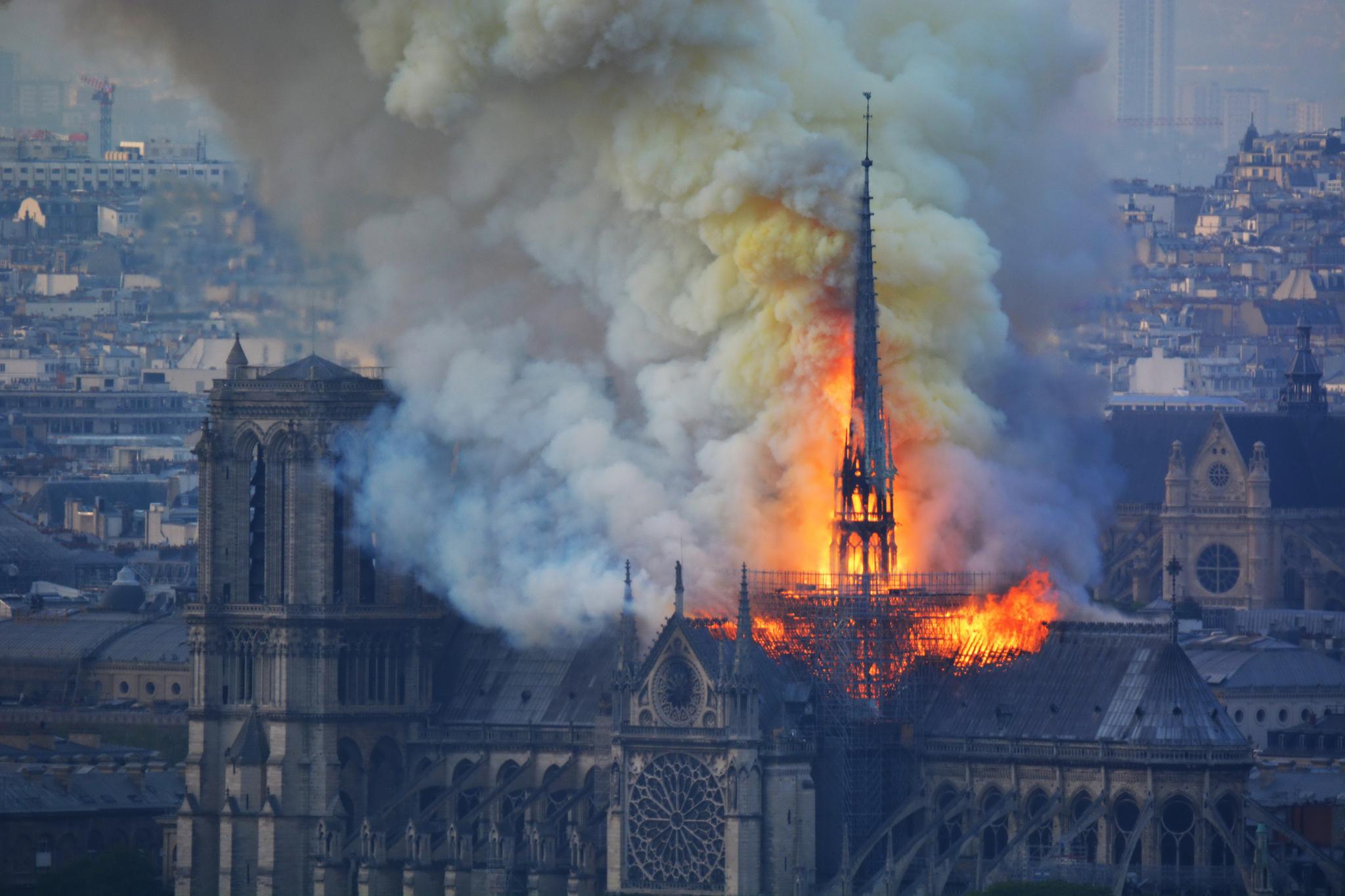 15일 화재가 발생한 파리 노트르담 성당에서 연기와 화염이 피어오르고 있다. [AFP=연합뉴스]