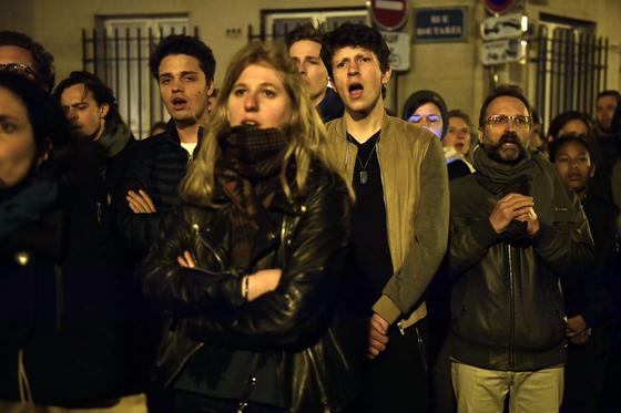15일 밤 파리 시민들이 불타는 노트르담 성당을 바라보고 있다. [EPA=연합뉴스]