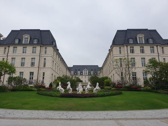 화웨이 시춘 연구개발(R&D) 캠퍼스의 파리존에 있는 건물. 파리의 베르사이유 궁전을 모티브로 만들어졌다. 김경진 기자