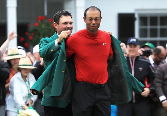 마스터스 우승자의 상징인 그린 재킷을 입는 타이거 우즈. [AFP=연합뉴스]