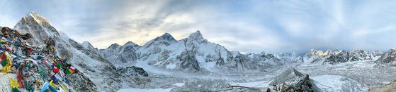 에베레스트 베이스캠프 트레킹 구간 중 5550m의 칼라파타르에서 본 히말라야 전경. 사진 가운데 솟은 봉우리 중 왼쪽이 에베레스트, 오른쪽이 눕체다. 쿰부 히말라야=김홍준 기자