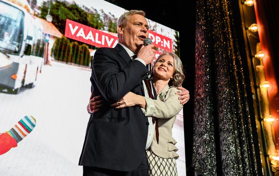 핀란드 총선에서 16년 만에 1위를 차지한 사회민주당의 안티 린네 대표와 부인 [EPA=연합뉴스]