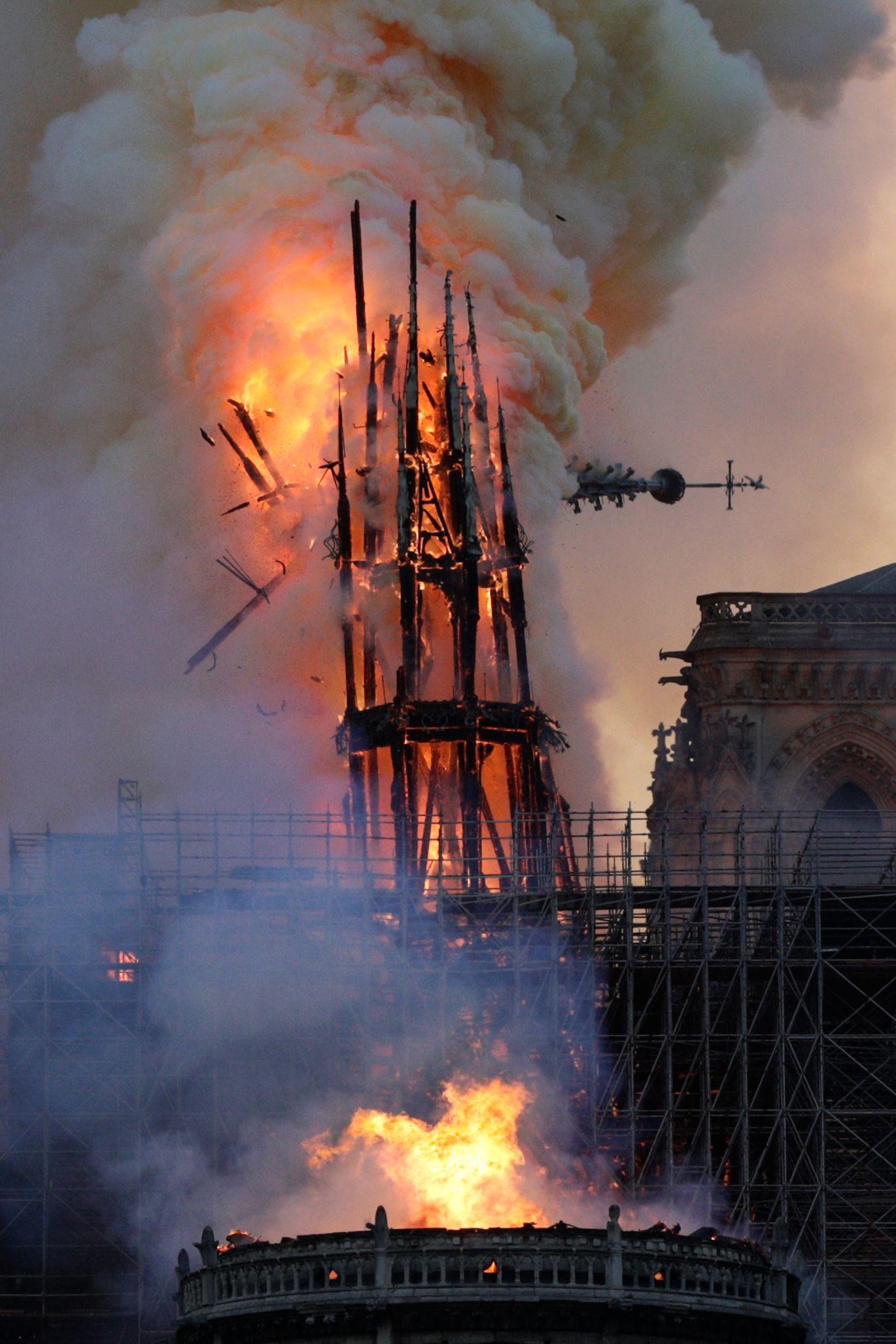 파리 노트르담 대성당의 첨탑이 불길을 견디지 못하고 무너져 내리고 있다. [AFP=연합뉴스]
