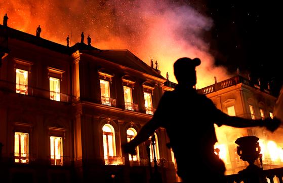 2018년 9월 브라질 국립박물관 화재 현장에서 경찰관이 현장을 통제하고 있다. [로이터=연합뉴스]