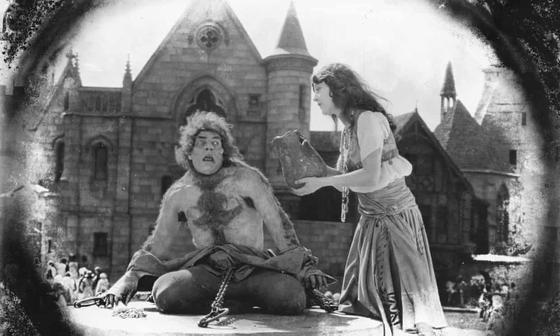 영화 '노트르담의 꼽추' 중 한 장면. 빅토르 위고가 쓴 소설을 바탕으로 모두 8편의 영화가 만들어졌다.