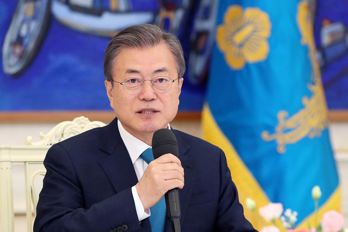 문재인 대통령이 15일 서울 청와대에서 군 장성 진급 및 보직 신고를 받고 인사말을 하고 있다. [사진 청와대]
