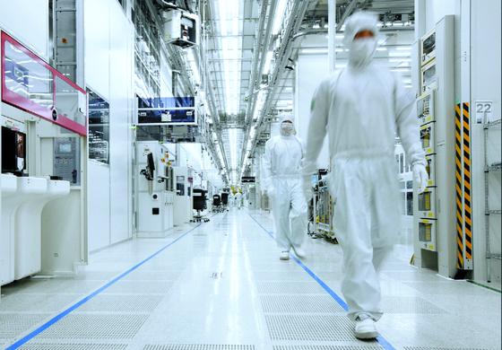 각종 시스템 반도체를 생산하는 삼성전자 화성 반도체 라인의 내부 전경. [사진 삼성전자]