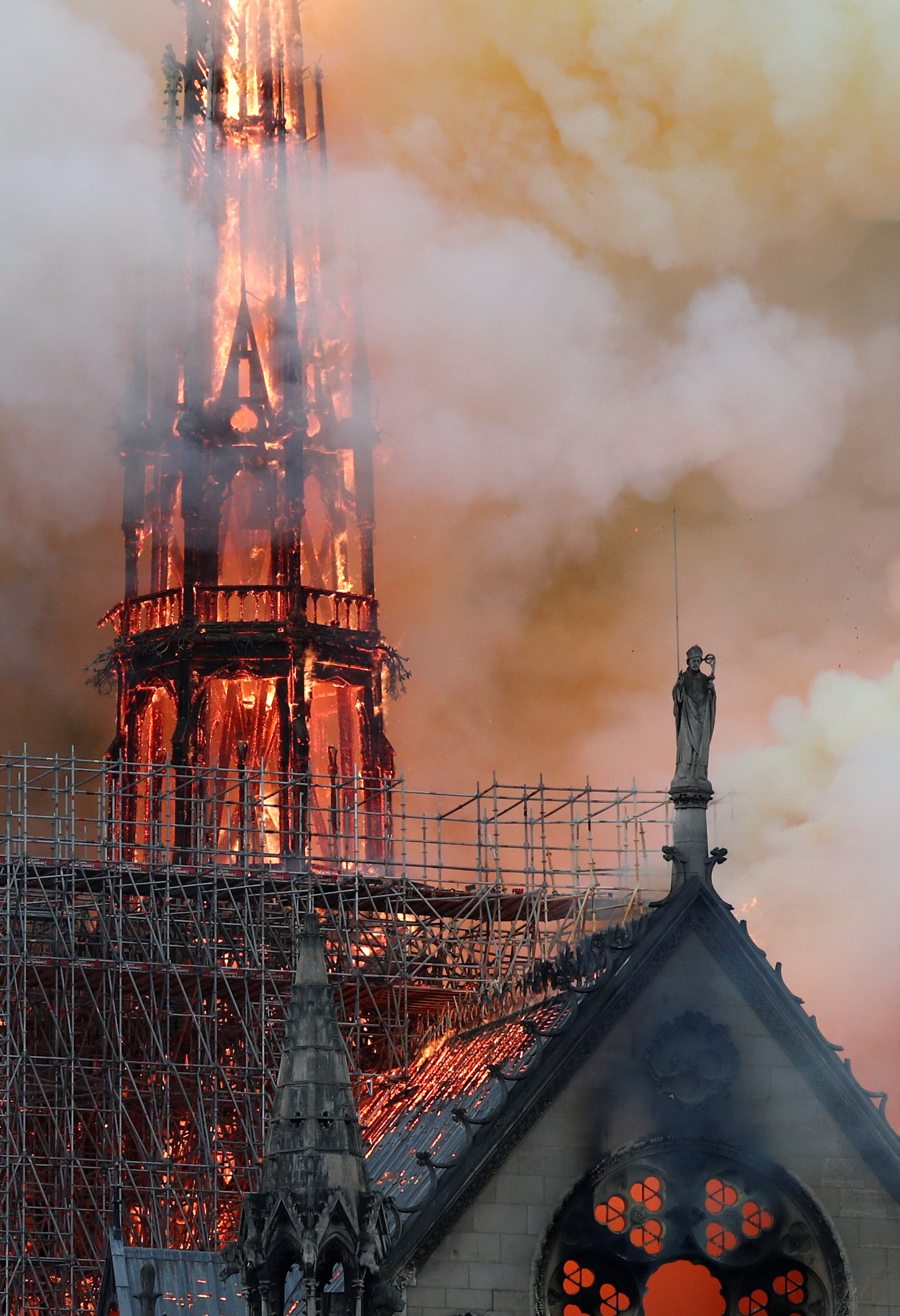 이날 발생한 화재로 대성당의 첨탑이 불타오르고 있다. [로이터=연합뉴스]