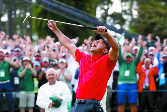 18번홀에서 우승을 확정지은 뒤 두 팔을 치켜들고 포효하는 우즈. 그는 메이저 최다승(18승), PGA 통산 최다승(82승) 기록에도 한 걸음 더 다가섰다. [로이터=연합뉴스]