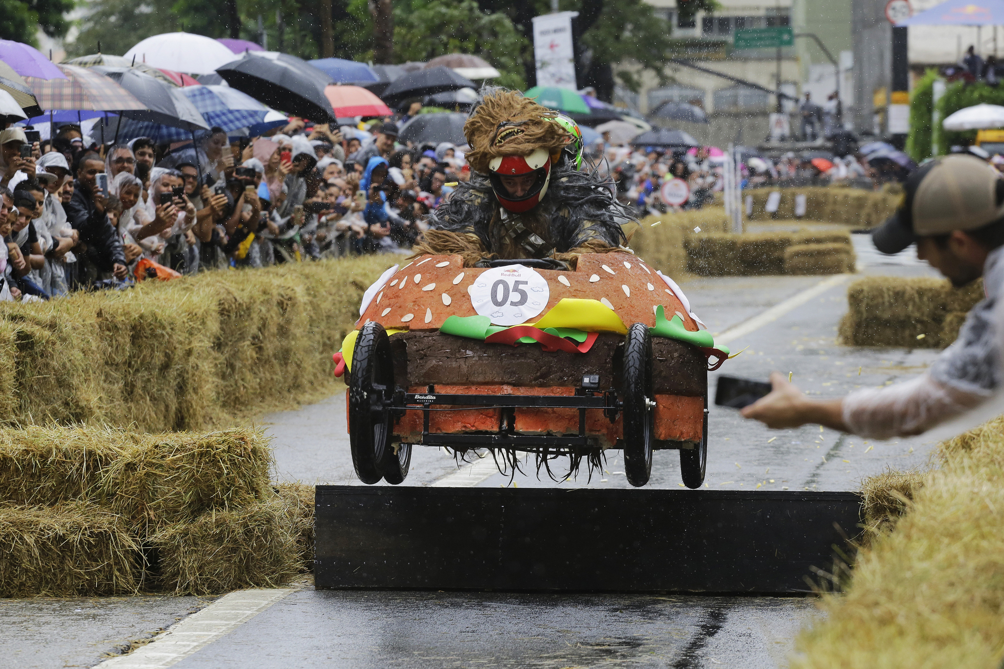 햄버거 모양의 차를 탄 참가자가 14일(현지시간) 브라질 상파울루에서 열린 '레드불 소프박스 레이스'에서 장애물을 통과하고 있다. [AP=연합뉴스]
