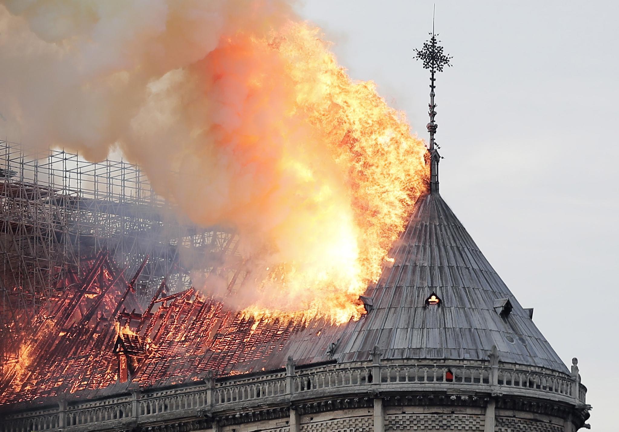 대성당의 목조 지붕이 화마로 뒤덮여 불타고 있다. [로이터=연합뉴스]