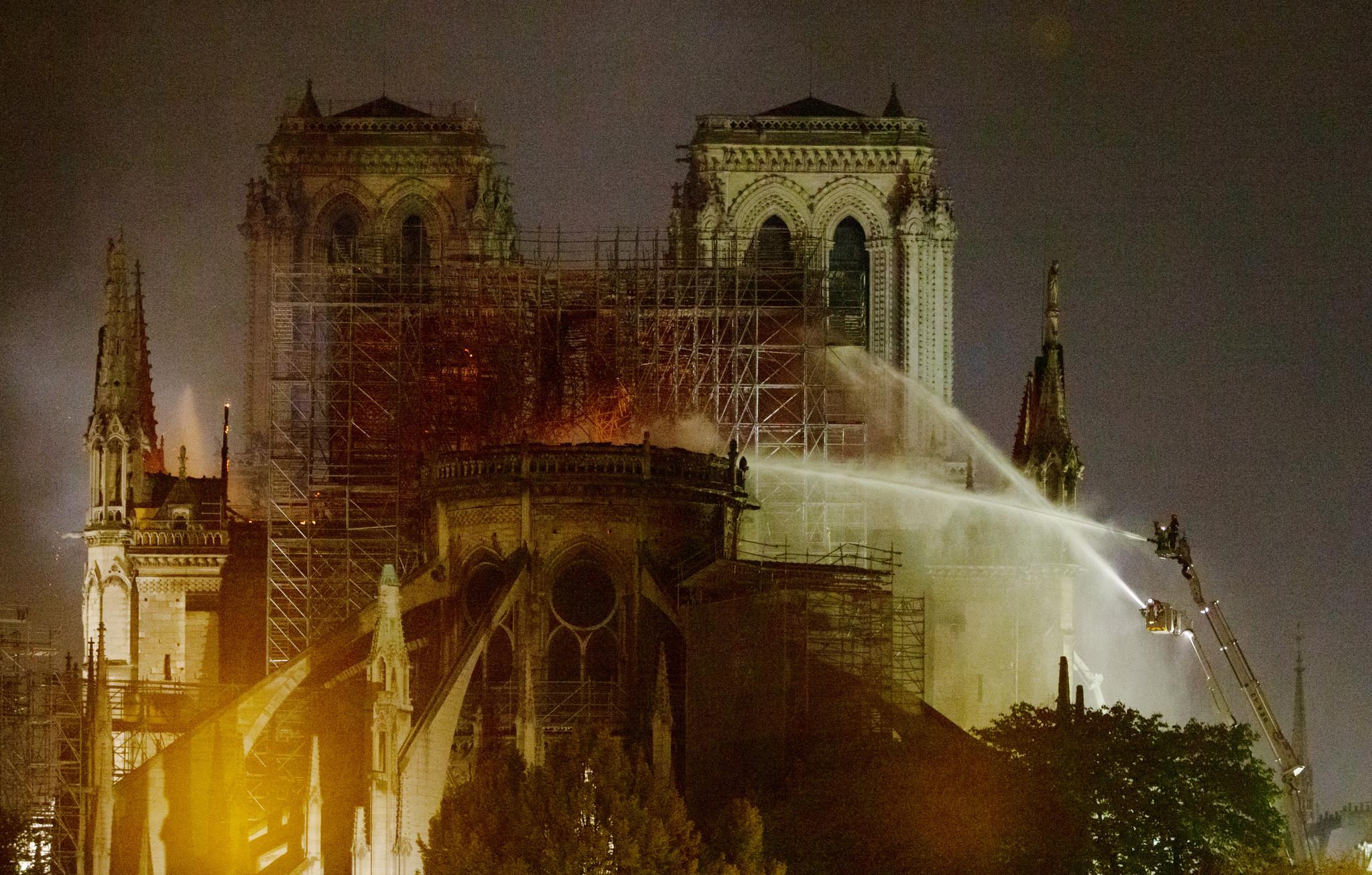 15일 오후(현지시간) 프랑스 파리 노트르담 대성당에 화재가 발생, 소방관들이 진화작업을 벌이고 있다. [뉴시스]