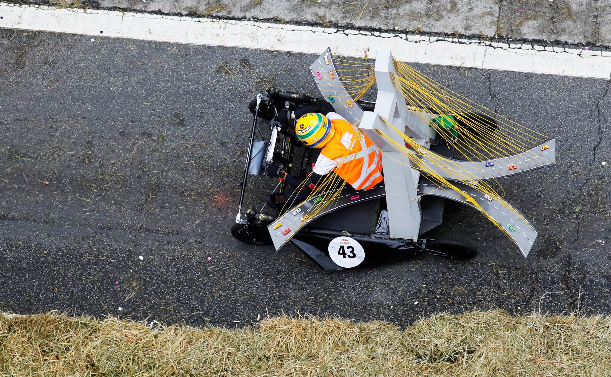 고속도로 다리 모양의 차를 탄 참가자가 14일(현지시간) 브라질 상파울루에서 열린 '레드불 소프박스 레이스'에서 질주하고 있다. [로이터=연합뉴스]