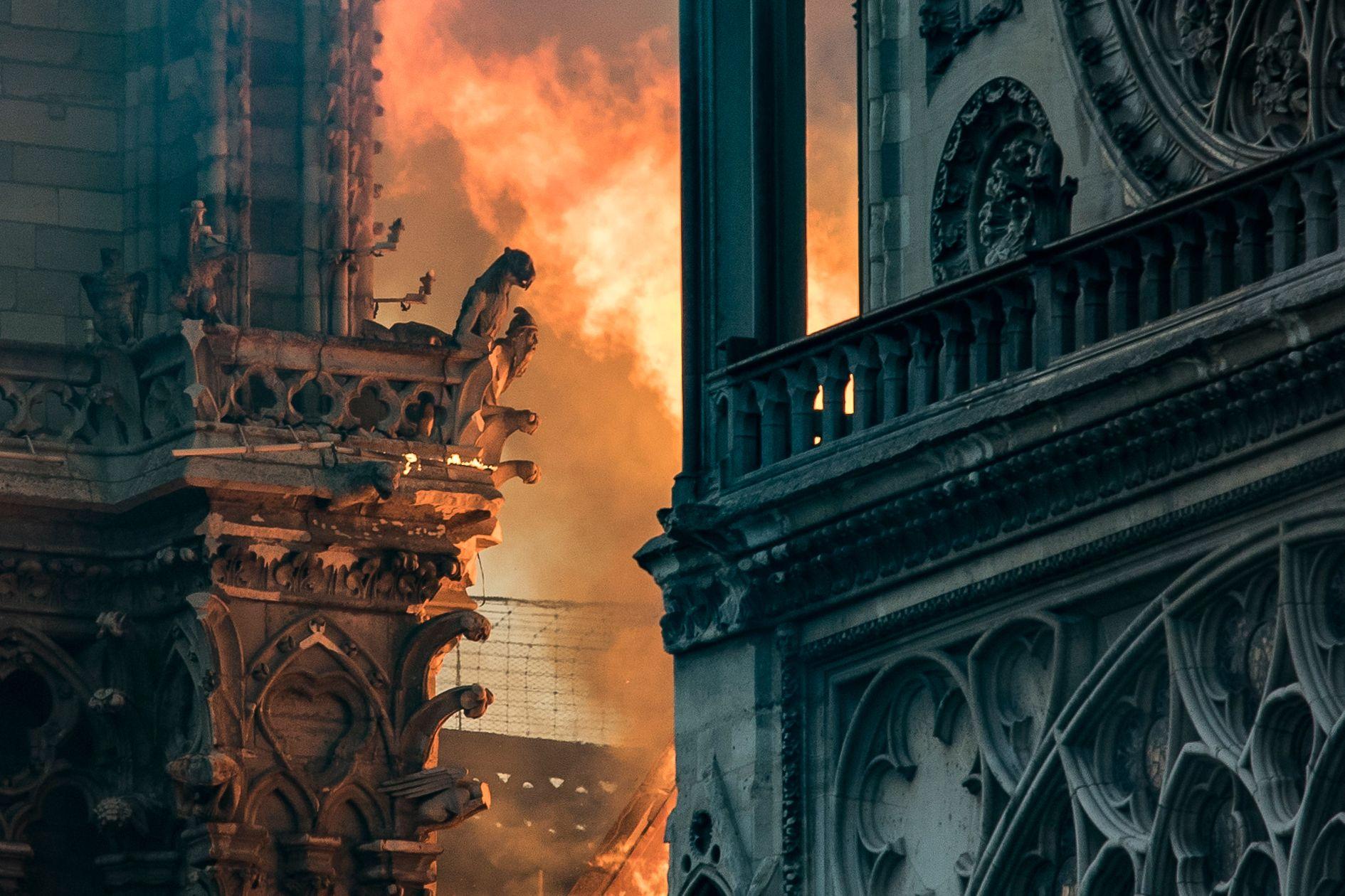 석조로 건축된 대성당 외벽까지 불길이 치솟고 있다. [AFP=연합뉴스]
