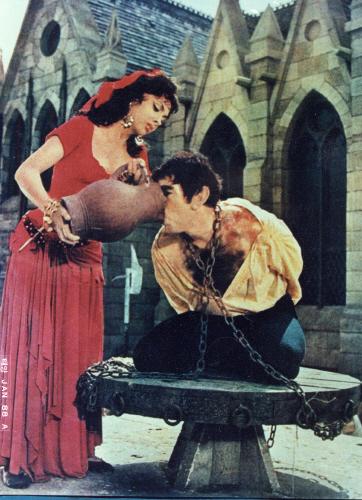 앤서니 퀸 주연의 영화 ;노트르담의 꼽추'의 한 장면.