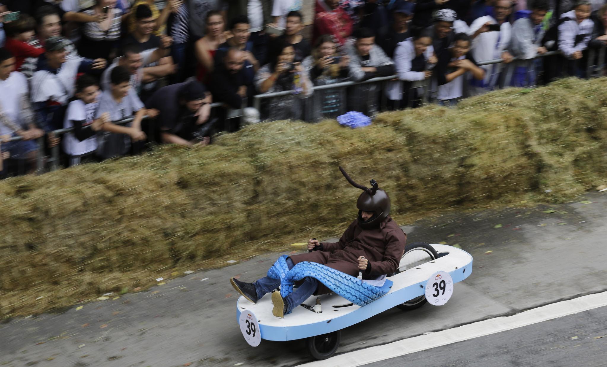 샌들 모양의 차를 탄 참가자가 14일(현지시간) 브라질 상파울루에서 열린 '레드불 소프박스 레이스'에서 질주하고 있다. [AP=연합뉴스