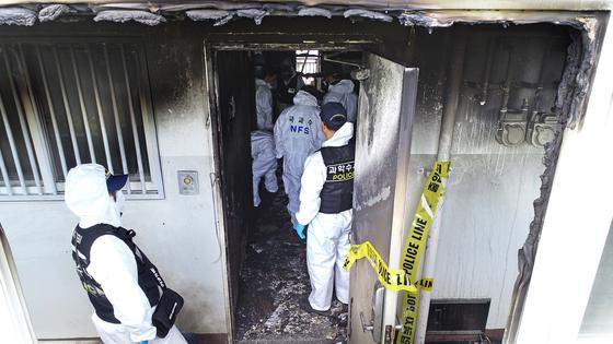 17일 오전 경남 진주시 가좌동의 한 아파트에서 경찰이 사건 현장을 조사하고 있다. 송봉근 기자