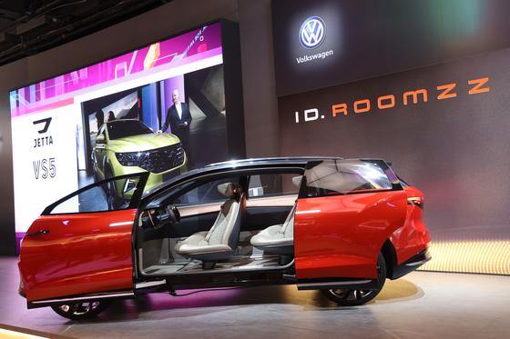 폴크스바겐이 상하이모터쇼 2019에서 월드프리미어로 공개한 대형 SUV ID.룸즈의 문이 열린 모습. 오원석 기자