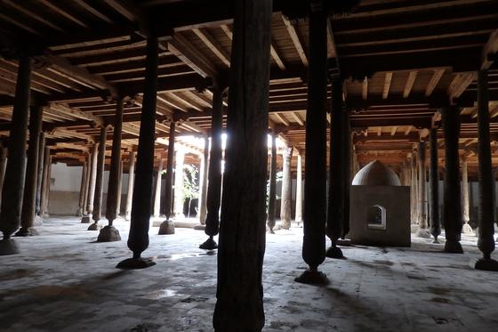 주마사원. 한 번에 5000명이 동시에 예배를 볼 수 있는 주마 사원에는 213개의 기둥이 있다. 지구에 존재하는 모든 사상과 문명을 반영하듯 기둥에는 십자가와 천사, 심지어 태극 문양까지 새겨져 있다. [사진 박재희]