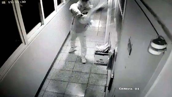 진주 묻지마 살인사건 용의자 위층에 오물을 뿌리는 모습. [사진 피해자가족]
