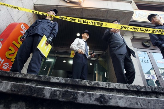2008년 10월 20일 경찰이 방화 살인사건 현장인 서울 논현동 고시원의 출입을 통제하고 있다. [중앙포토]