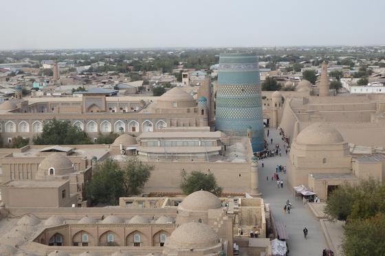 우즈베키스탄의 히바(Khiva)를 대표하는 이찬 칼라(Itchan Kala)에서는 시간을 유영하듯 몽롱해진다. 3000년에 이르는 문명 지층을 증거하는 유네스코 세계유산 이찬 칼라는 잃어버린 호레즘(Khorezm) 문명을 증거한다. [사진 박재희]