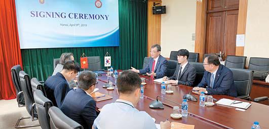 1 유지상 광운대 총장이 베트남 하노이 국립 인문사회대 관계자들과 만나 국제교류 협력에 대해 얘기하고 있다