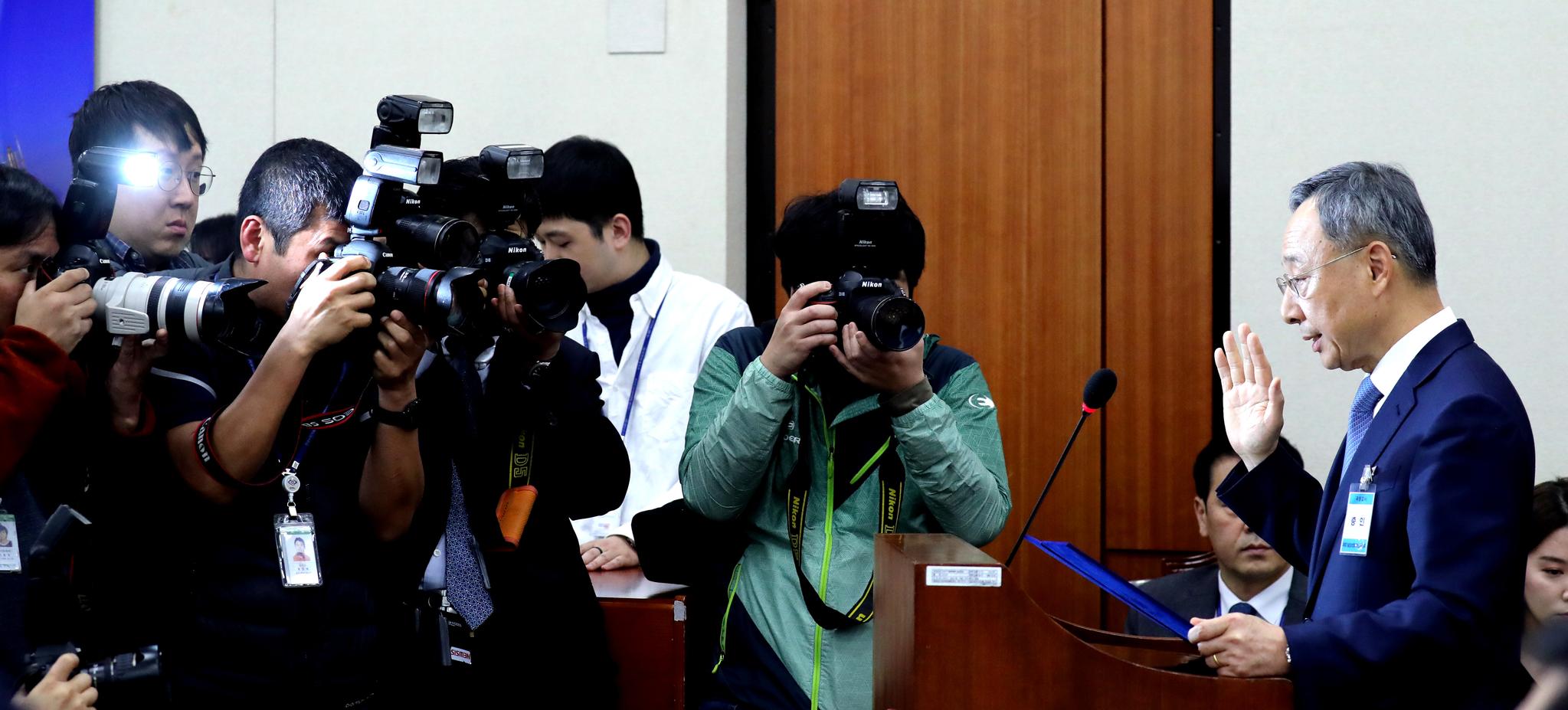 황창규 KT 회장(오른쪽)이 17일 오전 서울 여의도 국회 과학기술정보방송통신위원회에서 열린 청문회에서 선서하고 있다. 김경록 기자