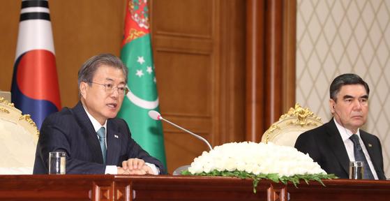 투르크메니스탄을 국빈 방문중인 문재인 대통령이 구르반굴리 베르디무하메도프 투르크메니스탄 대통령과 17일 (현지시각) 아시가바트 대통령궁에서 공동기자회견을 하고 있다.