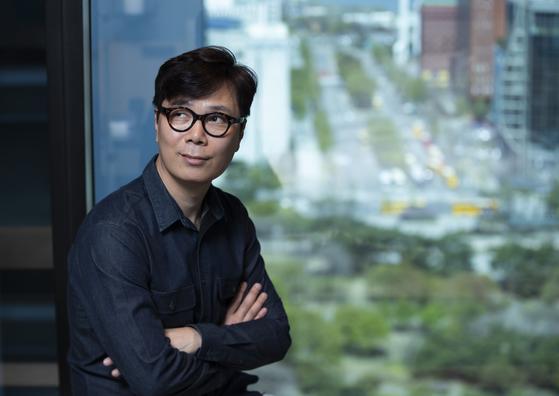 소설가 김영하가 17일 서울 여의도 콘래드서울 호텔에서 포즈를 취하고 있다. 권혁재 기자