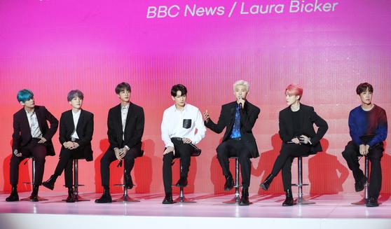 방탄소년단 멤버들이 사전에 외신에서 취합한 질문에 답변하고 있다. [뉴스1]