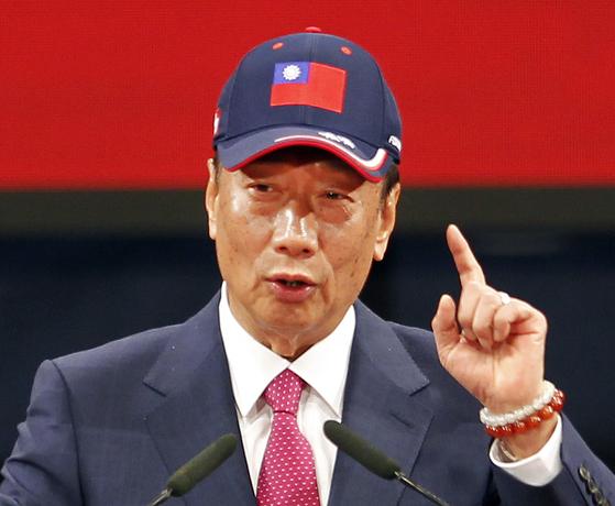 궈타이밍 훙하이정밀 회장이 지난 2월 이 회사 직원 축제에서 연설하고 있다. 궈 회장은 17일 내년 실시되는 대만 총통 선거 출마를 선언했다. [AP=연합뉴스]