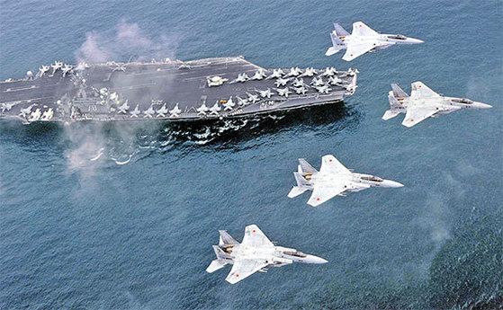 미국의 핵추진 항공모함 칼빈슨함과 일본 항공자위대가 2017년 동해상에서 합동훈련을 실시했다. 일본의 F15 전투기가 칼빈슨함 위로 비행 중이다. [AP=연합뉴스]