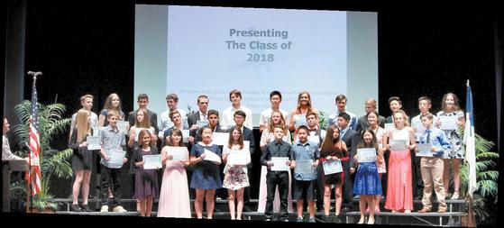 YBM 미국 프리미엄 관리형 유학을 통해 공부중인 한국인 유학생들의 교육활동 모습. 학예 발표회