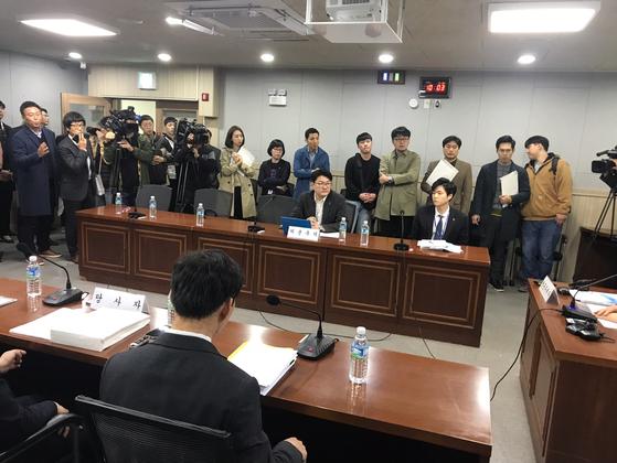 지난달 26일 제주도청에서 열린 녹지병원 취소 청문에 양측 관계자들이 배석했다. [최충일 기자]