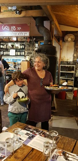 골란고원에 정착해 농장과 성서 시대 요리를 파는 농가 식당을 운영하는 타미 카발로와 손자.