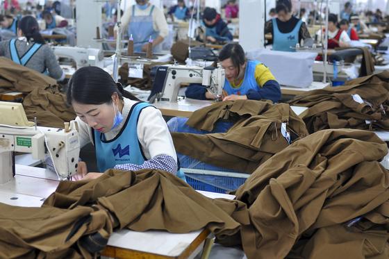 지난 9일 중국 장수성의 한 공장에서 직원들이 수출용 의류를 만들고 있다. [AP=연합뉴스]