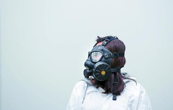 빅데이터 분석에 따르면 시민들은 미세먼지와 성범죄 등에 주목하고 일상생활 속 안전에 대한 욕구가 큰 것으로 나타났다. 사진은 환경단체 한 관계자가 방독 마스크를 쓰고 미세먼지 대책 촉구 퍼포먼스를 벌이는 모습. [연합뉴스]